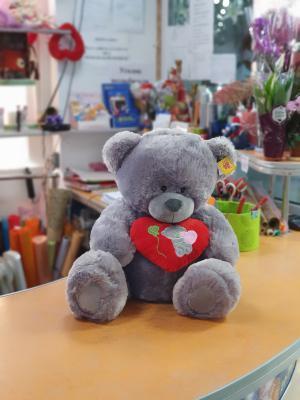 Медведь серый с красным сердцем